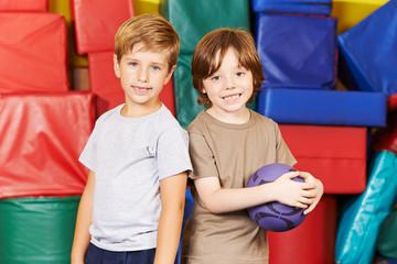 Zwei Jungs mit Ball in der Turnhalle