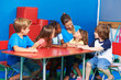 Kinder beim Stuhlkreis hören Mädchen zu