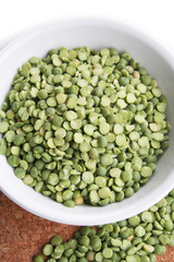 ciotola di piselli secchi verdi_ sfondo bianco