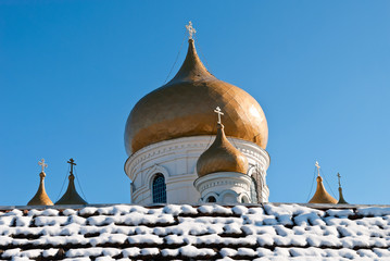 Старинный храм с куполами на фоне голубого неба