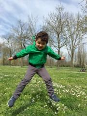 bambino che salta