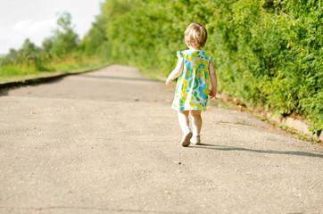 Счастливый путь, девочка идет по дороге вдаль
