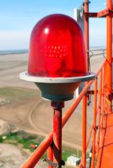 красный фонарь СОМ установленный на высотном объекте