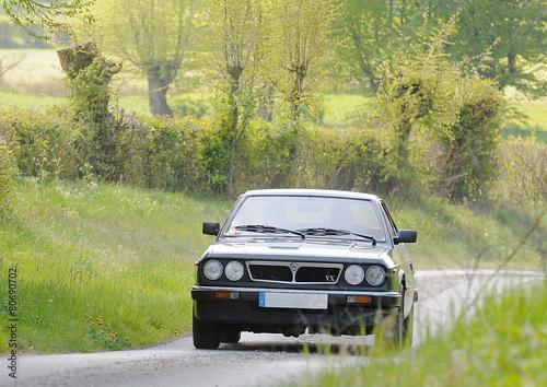 Papiers peints Vintage voitures voiture Lancia sur route de campagne
