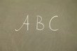 abc auf tafel geschrieben
