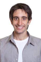 Passfoto eines lachenden jungen Mannes mit grauem Hemd