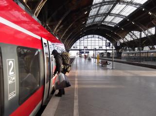 Passagier steigt in Zug
