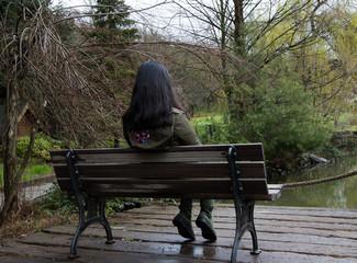 oturan kız
