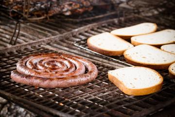 Bistecca e salsiccia alla griglia sul barbecue