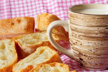 Кружка с молоком и свежий хлеб