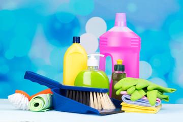 verschiedene reinigungsmittel für den haushalt