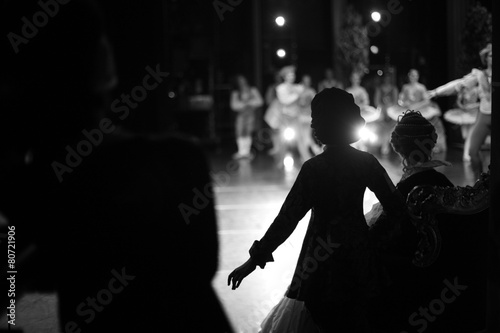 Silhouettes of actors waiting in the wings - 80721906