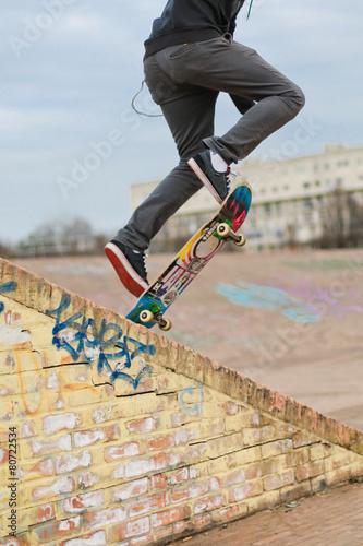 Ragazzo su skate in salto - 80722534