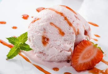 Gelato alla fragola , close-up