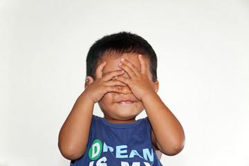 目隠しする幼児(1歳児)
