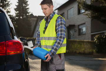 Benzintankauffüllung mit Kanister
