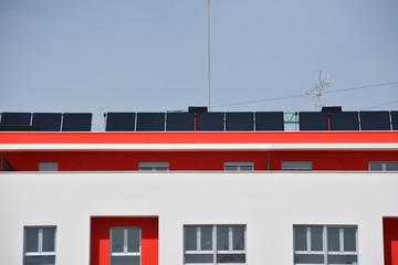 placas solares en el tejado de un edificio