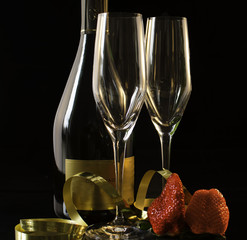 Två glas och en flaska Champagne