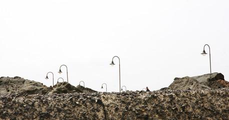 Rocas con farolas en Costa Teguise, Lanzarote