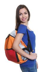 Sympathische Studentin mit dunklen Haaren und Rucksack