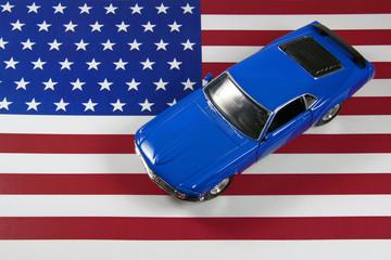 coche americano potente sobre la bandera de USA / EEUU