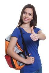 Studentin mit dunklen Haaren und Rucksack zeigt Daumen