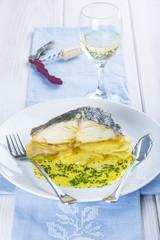 Bacalao asado con patatas y vino blanco para acompañar