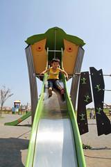 滑り台で遊ぶ幼児(2歳児)