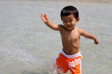 水遊びする幼児(2歳児)