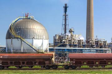 Ölraffinerie mit Gastank und Güterwaggons - 026