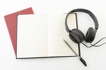 ヘッドフォンとノートとペン