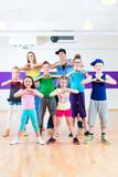 Fototapety Tanzlehrer gibt Kindertanzen Zumba Fitness in Tanzstudio