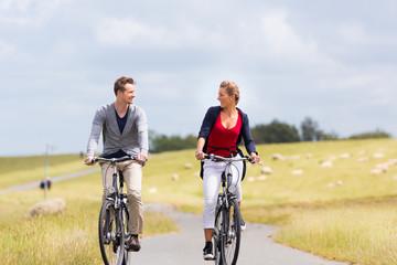 Paar bei Küsten Radtour am Deich