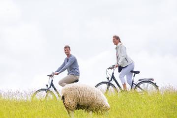 Paar bei Küsten Fahrrad tour am Deich