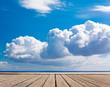 ponton et nuage au dessus de la mer