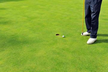 Jugando golf, pelota en el green, España