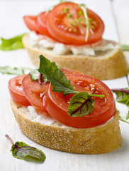 bread with tomatoes and cream cheese