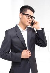 Telemarketing, Mężczyzna rozmawia przez telefon.