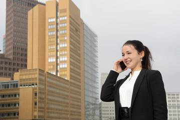 lachende Geschäftsfrau mit smartphone, Berlin, Deutschland