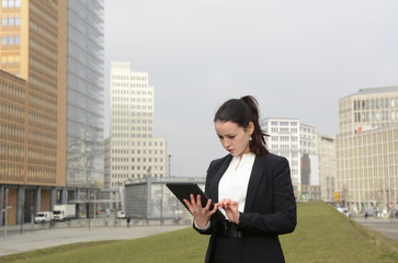 Geschäftsfrau mit digital tablet, Berlin, Deutschland