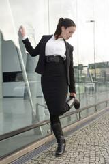 Geschäftsfrau steht vor Glasfassade , Berlin, Deutschland