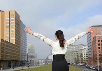 jubelnde Geschäftsfrau, Rückansicht,  Berlin, Deutschland