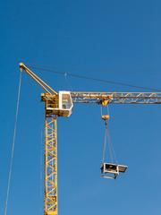 Hoher Turmdrehkran auf einer Baustelle