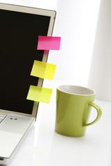 Bunte Haftnotizzettel auf Laptop, Notebook, Kaffeetasse
