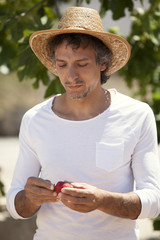 Hombre en la naturalez con fresas