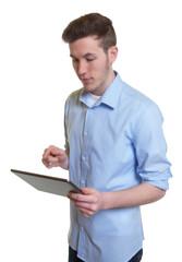 Mann im blauen Hemd arbeitet mit Tablet Computer