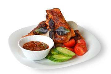 курица жареная с овощами и соусом