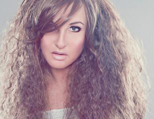 Mädchen mit krausem Haar - fashion shots 26_2