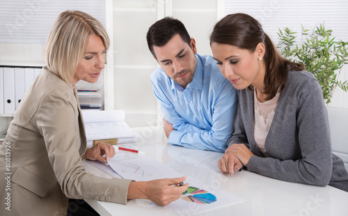 Leinwanddruck Bild Paar im Beratungsgespräch: Kunde und Berater im Gespräch