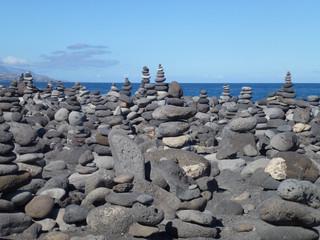 Viele Steinstapel am Meer